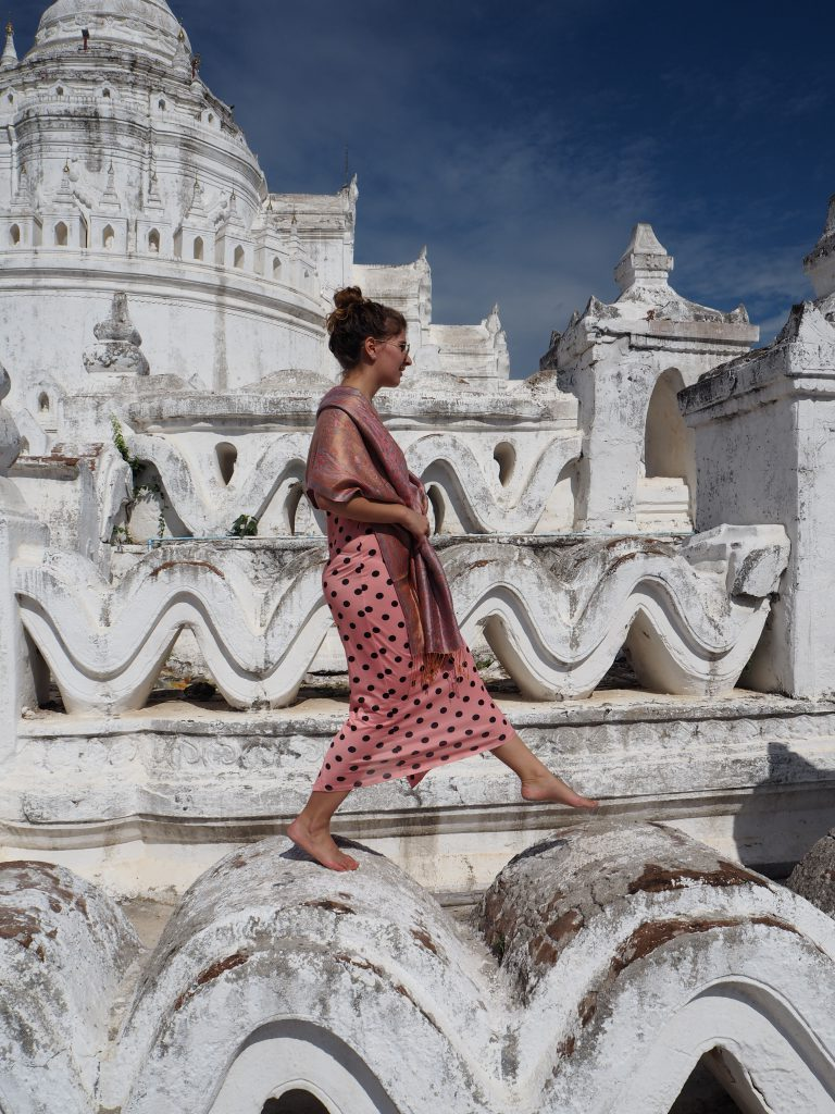 Girl on a tempel - original photo